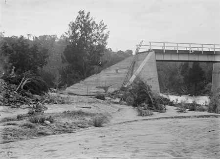 Bridge over Murrumbidgee River after 1922 flood damage showing the western embankment washed away. Under reconstruction.