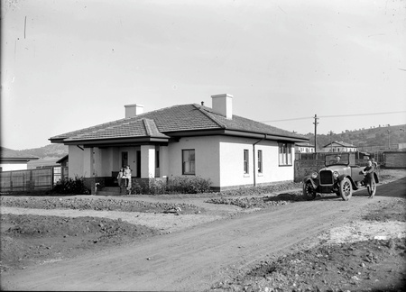 Cottage, motor car and family - Gosse street Eastlake (now Kingston)