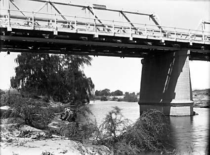 Commonwealth Avenue Bridge from the Molonglo River