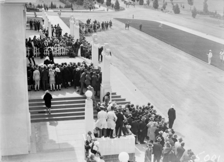Opening of the 16th Parliament, spectators watching the entrance of Governor-General in front of Parliament House.