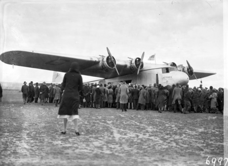 Visit of Imperial Airways Airliner ASTRAEA on a survey flight for proposed air mail service with spectators at Duntroon landing ground.